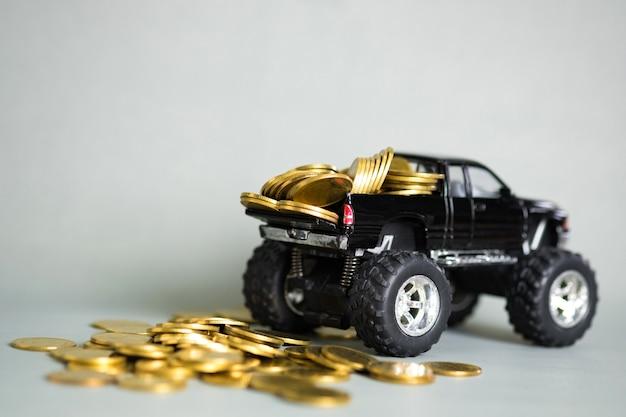 Camionete de carro em miniatura com pilhas de moedas