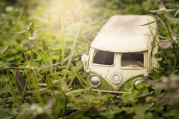 Camionete diminuta do vintage na natureza. conceito do curso e do feriado, profundidade de composição rasa do campo.