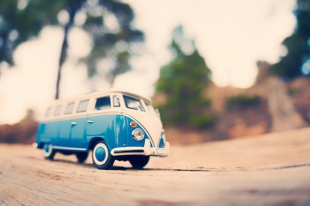 Camionete vintage de viagem em miniatura. foto sintonizada por tom de cor