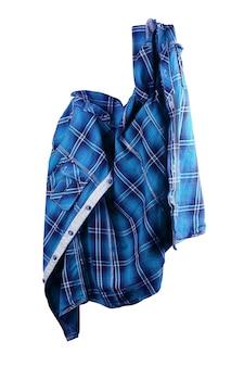 Camisa azul. camiseta dobrada em fundo branco