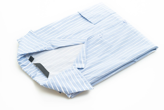 Camisa azul com faixa branca isolada no fundo branco