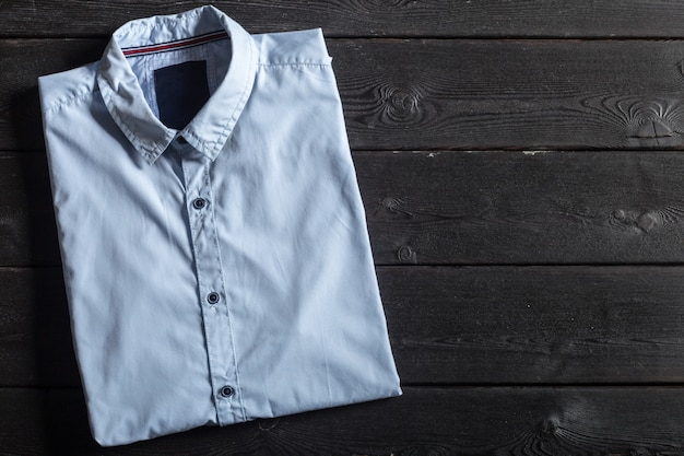 Camisa azul em um preto de madeira