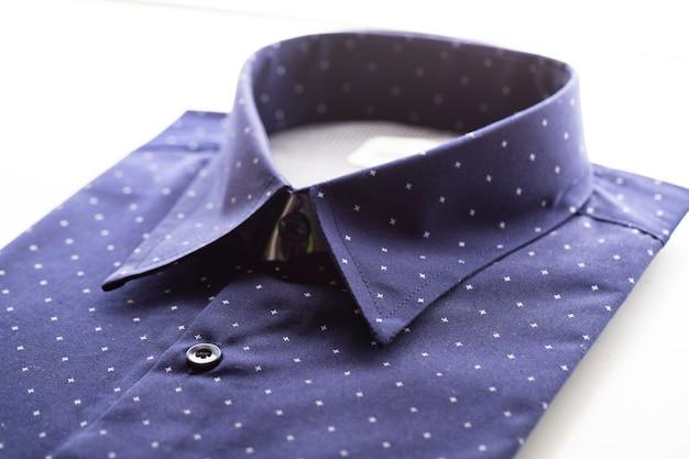 Camisa azul escura no fundo branco