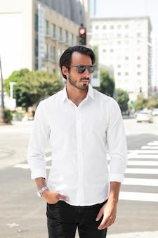 Camisa branca básica, roupas de moda masculina, vista da cidade