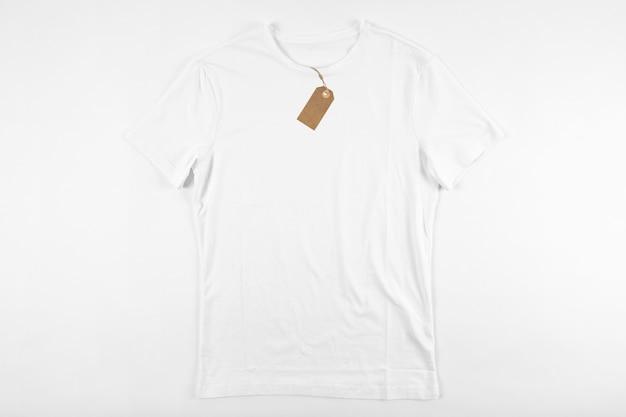 Camisa branca com etiqueta