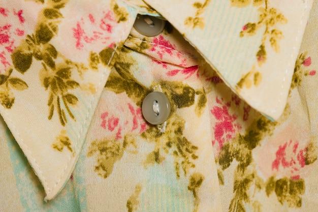 Camisa branca com padrão de flores