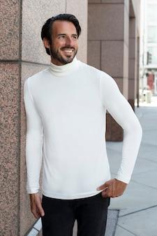 Camisa branca de gola alta, ensaio de moda ao ar livre