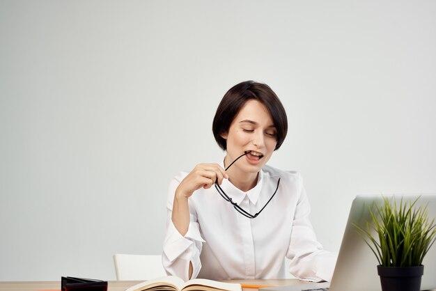 Camisa branca de mulher de negócios na frente da secretária do laptop trabalhando