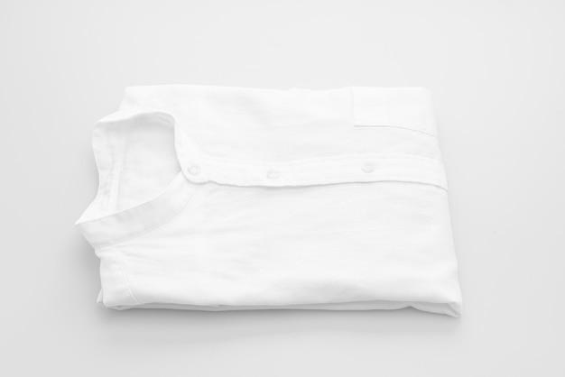 Camisa branca dobra sobre fundo branco