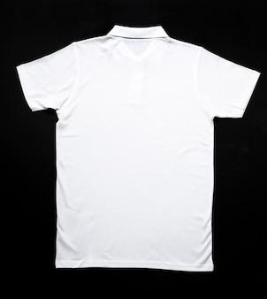 Camisa branca em cima da mesa