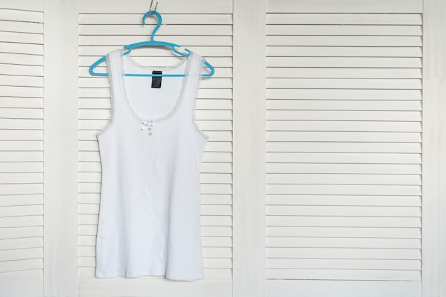 Camisa branca no cabide