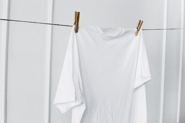 Camisa branca pendurada na parede