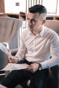 Camisa branca. vista superior de um empresário elegante vestindo calça quadrada escura e camisa branca