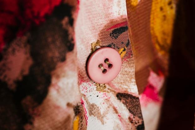 Camisa colorida com close-up de botão