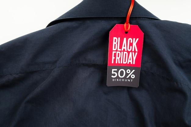 Camisa com etiqueta preta de sexta-feira