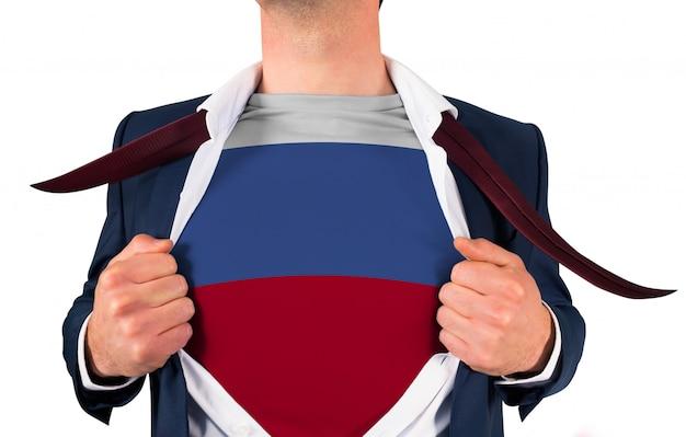 Camisa de abertura do empresário para revelar a bandeira da rússia