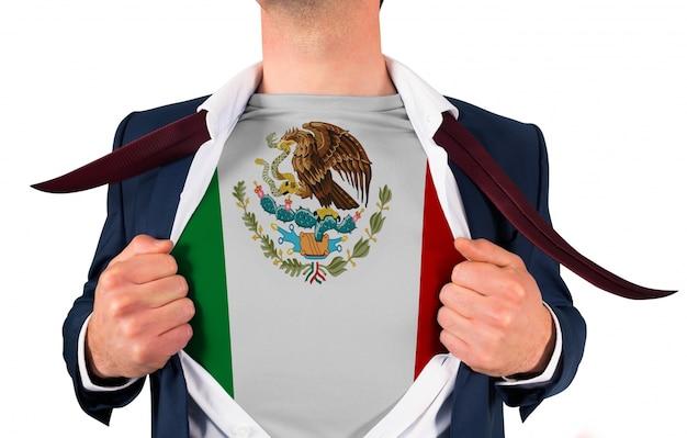 Camisa de abertura do homem de negócios para revelar a bandeira do méxico