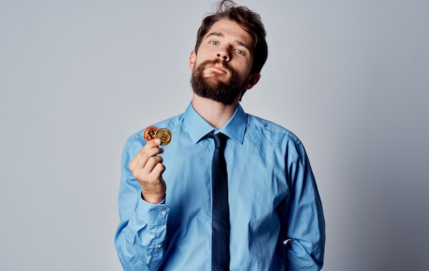 Camisa de financista de homem com sistema de pagamento eletrônico de criptomoeda gravata. foto de alta qualidade