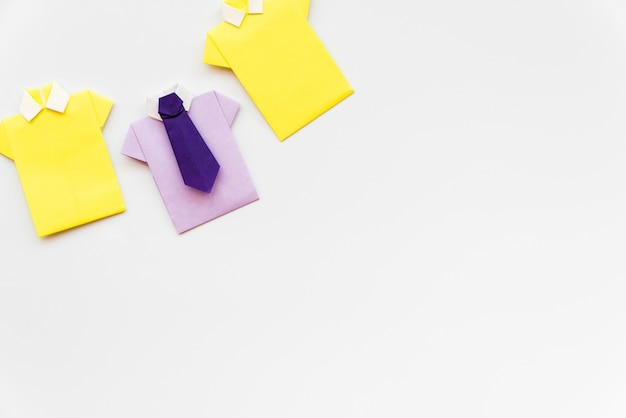 Camisa de papel artesanal amarelo e roxo, isolada no fundo branco