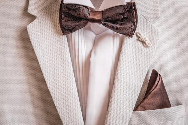 Camisa de terno masculino e lenço lenço borboleta no bolso
