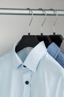 Camisa diferente no armário