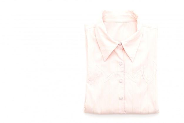 Camisa dobrada no fundo branco