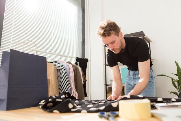 Camisa dobrável de homem com pontos