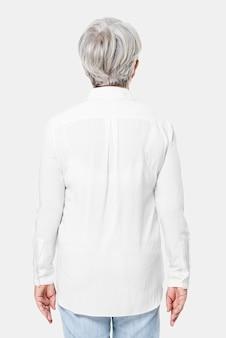 Camisa feminina branca grande demais com espaço de design retrovisor