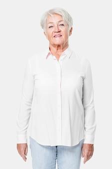 Camisa feminina branca grande demais com espaço de design