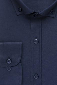 Camisa, gola e punhos close-up detalhados, vista de cima