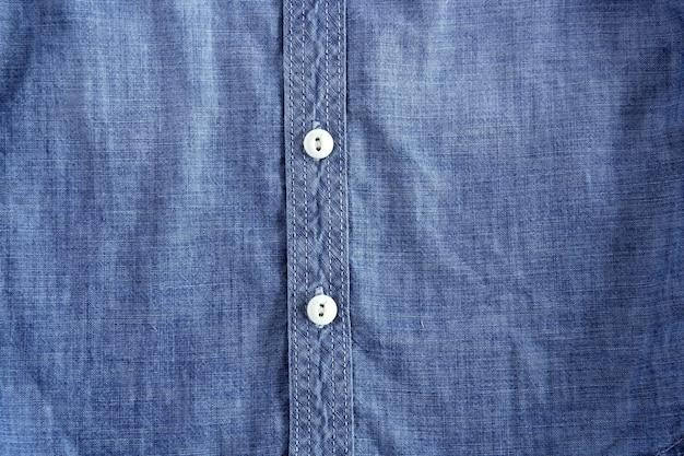 Camisa jeans azul com textura de botões