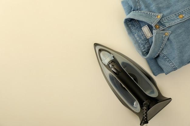 Camisa jeans dobrada e ferro em branco, vista superior
