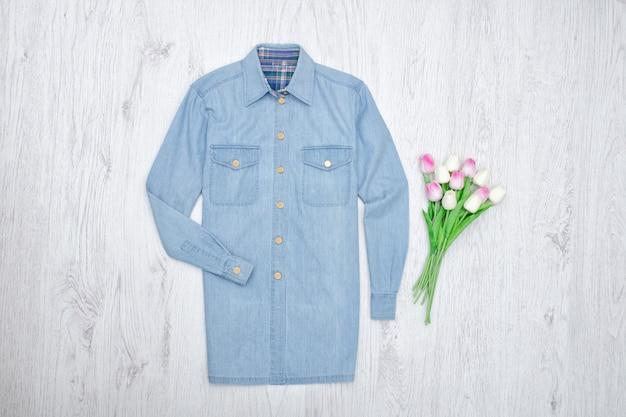 Camisa jeans e um buquê de tulipas.