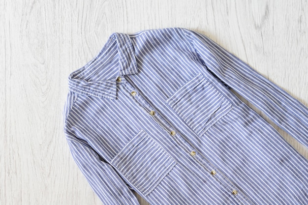 Camisa listrada azul na madeira
