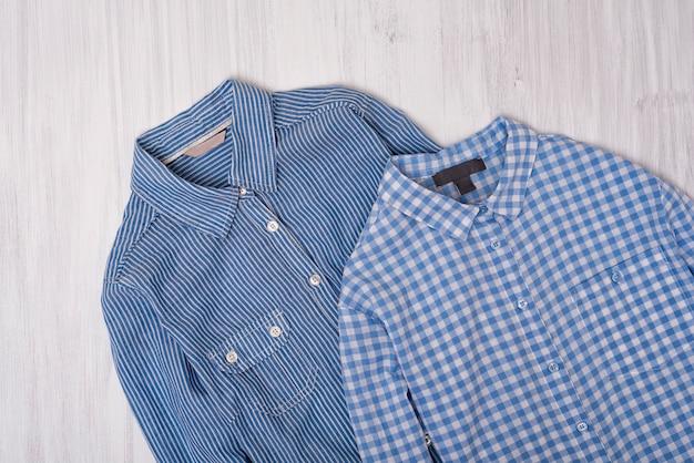 Camisa listrada e quadriculada azul na madeira