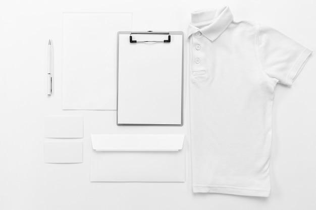 Camisa plana e arranjo de prancheta