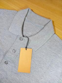 Camisa polo cinza com etiqueta de preço