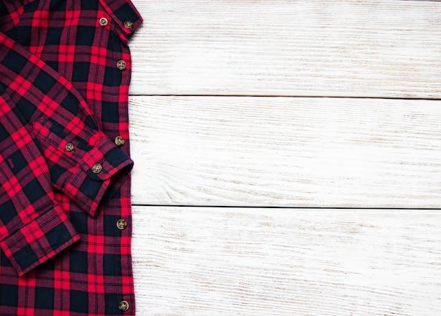 Camisa quadriculada preta vermelha sobre uma mesa