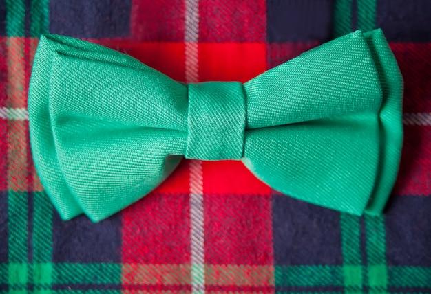 Camisa quadriculada vermelha e borboleta de gravata. véspera de ano novo. moda de natal. fechar-se.