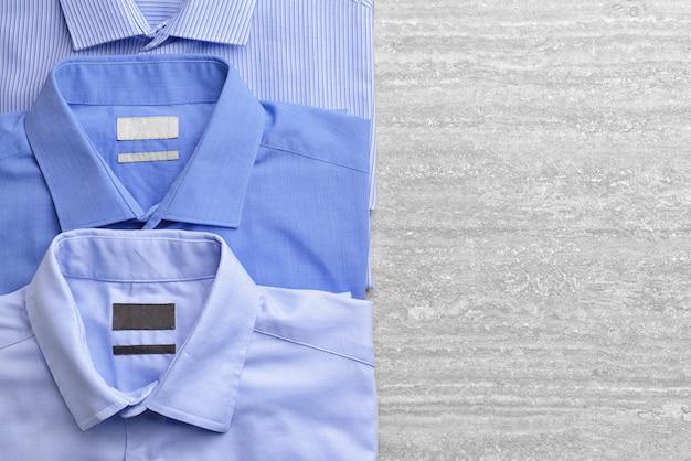 Camisas após lavagem a seco em fundo de madeira