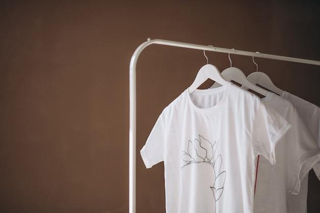 Camisas brancas penduradas no quarto