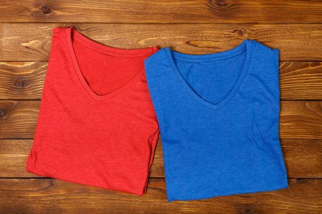 Camisas coloridas na mesa