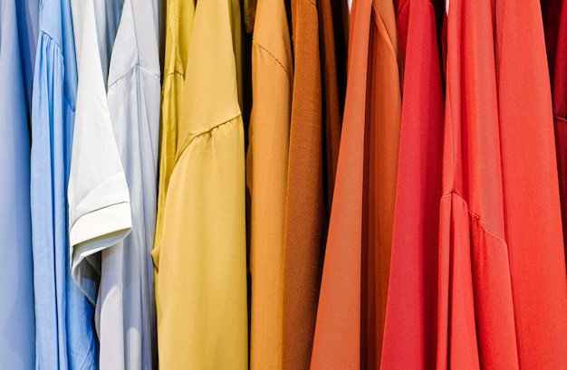 Camisas coloridas nos cabides da loja de perto