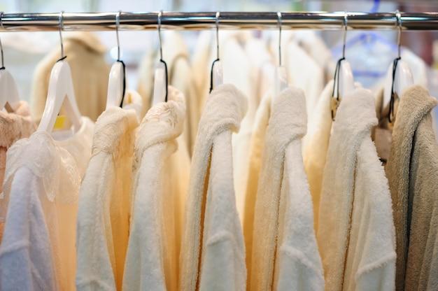 Camisas de homem branco em cabides na loja