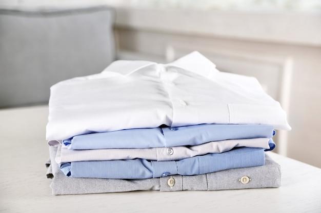 Camisas de negócios na mesa branca
