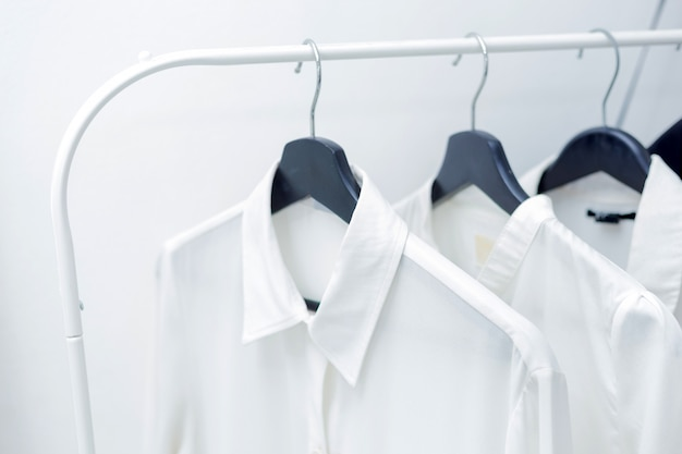 Camisas formais penduradas em um cabide