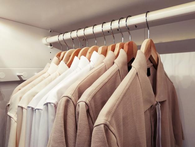 Camisas limpas penduradas na prateleira