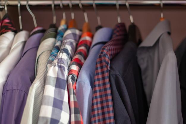 Camisas masculinas coloridas em cetim niveladas no remo