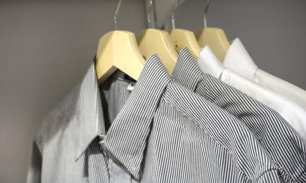 Camisas masculinas em cabide
