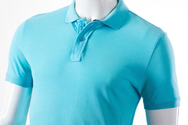 Camiseta azul clara no manequim. manequim masculino em t-shirt polo. peça leve casual para homem. venda de camisetas em loja local.
